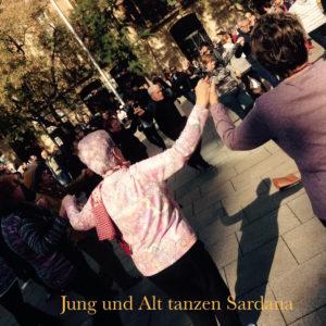 Jung und Alt beim Sardana tanzen in Barcelona