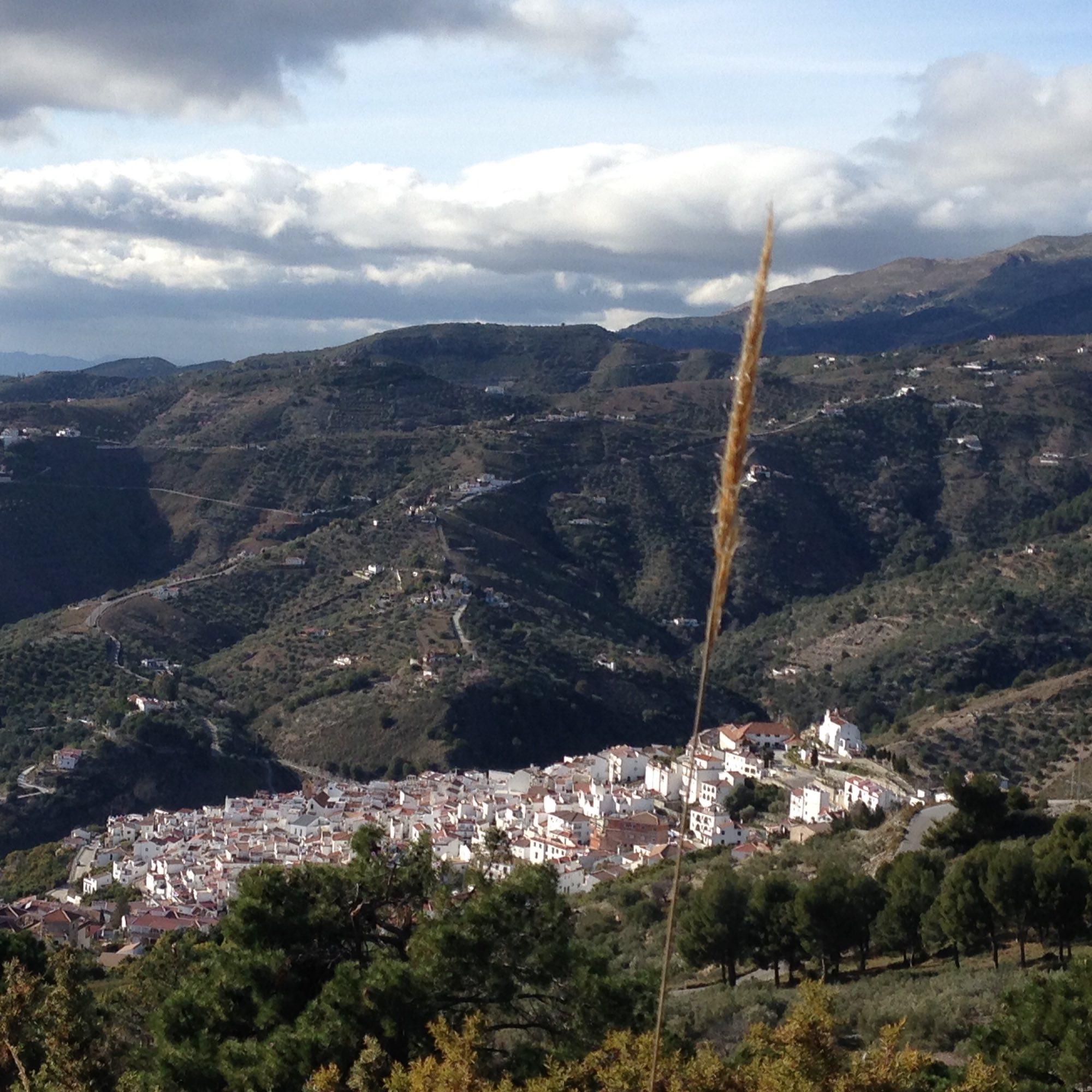 Blick auf das weiße Dorf Compéta in Andalusien