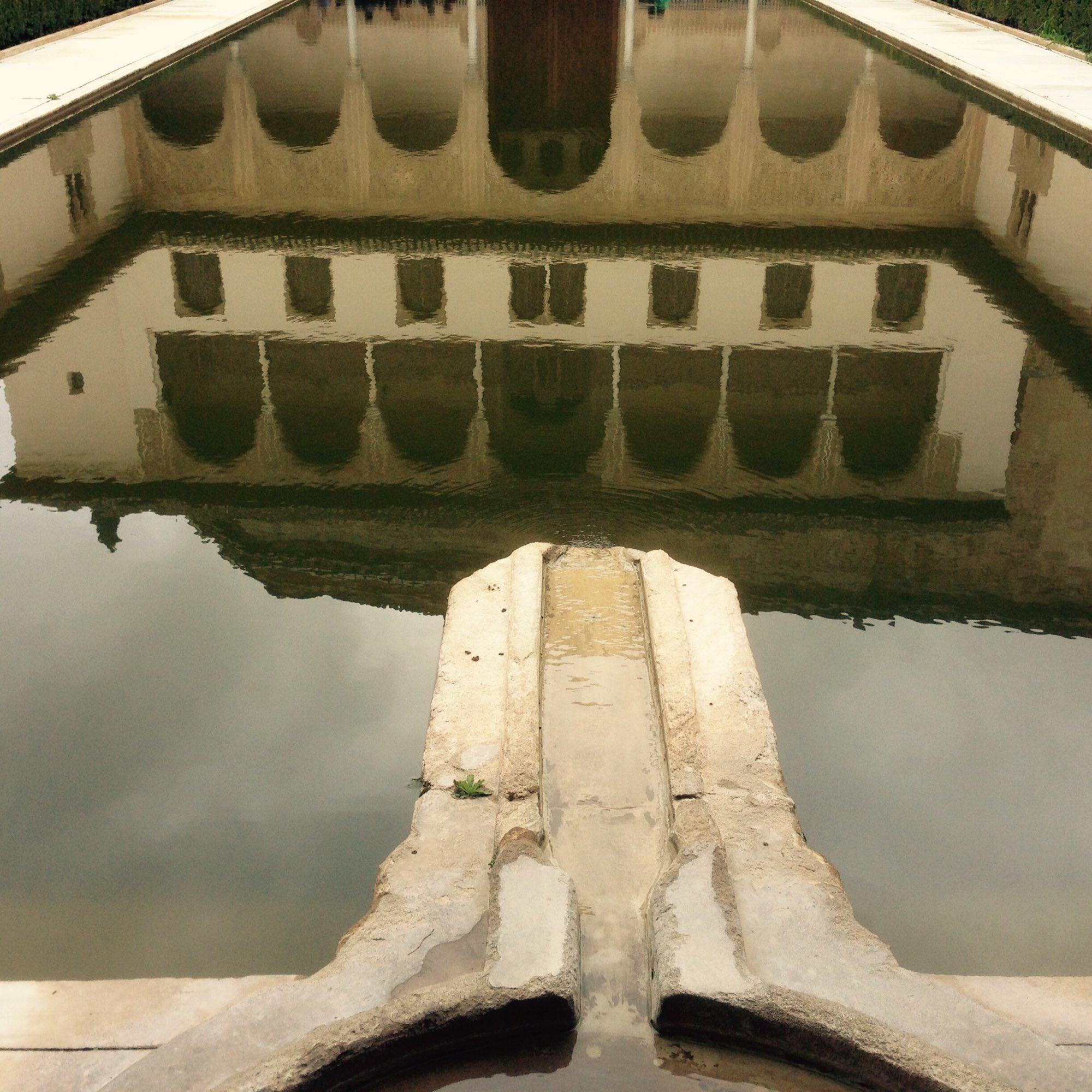 Alhambra spiegelt sich im Wasser