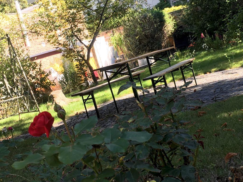 Viel Platz zum Lesen und Träumen – der Garten der Buchhandlung H24 lädt alle kleinen und großen Leseratten zum Verweilen ein.