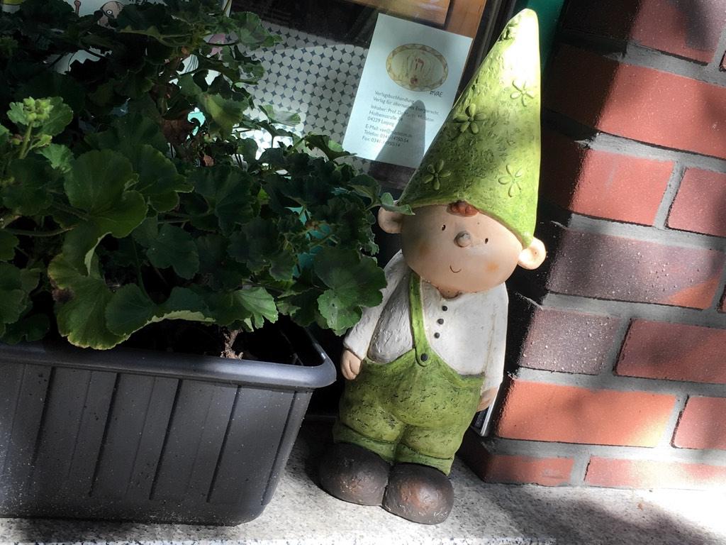 Tschüss Zwerg: Nicht nur die Bücher in der Buchhandlung H24 sind wichtig, sondern auch der Gartenzwerg. Die Kinder begrüßen und verabschieden sich sogar von ihm.