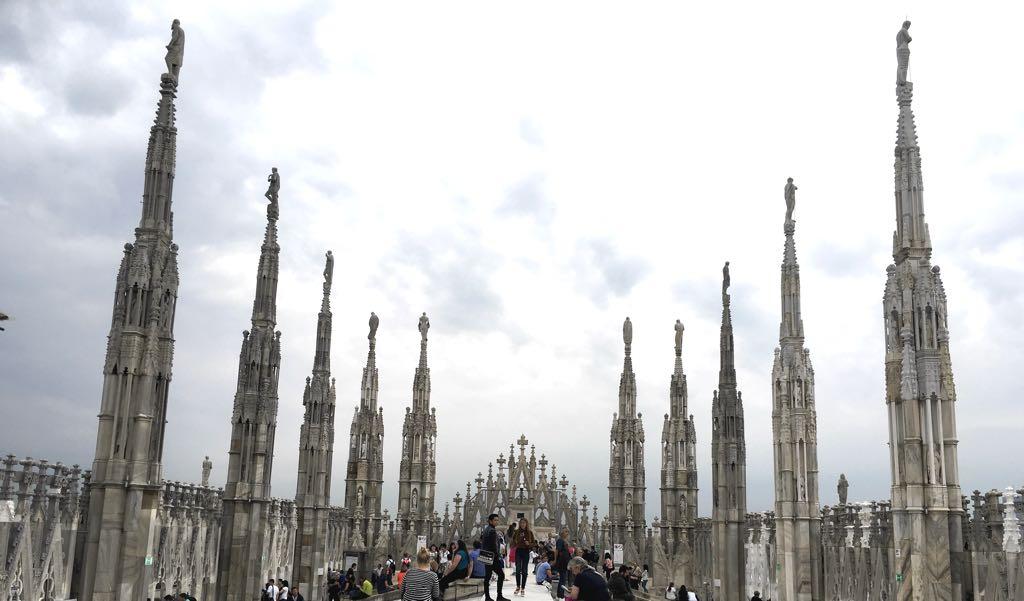 Mehr als 2000 Skulpturen und 135 spitz zulaufende Türmchen schmücken den Mailänder Dom.