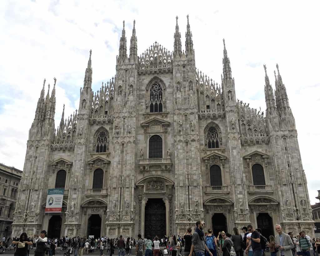 Die Fassade vom Mailänder Dom ist völlig aus Marmor gefertigt.