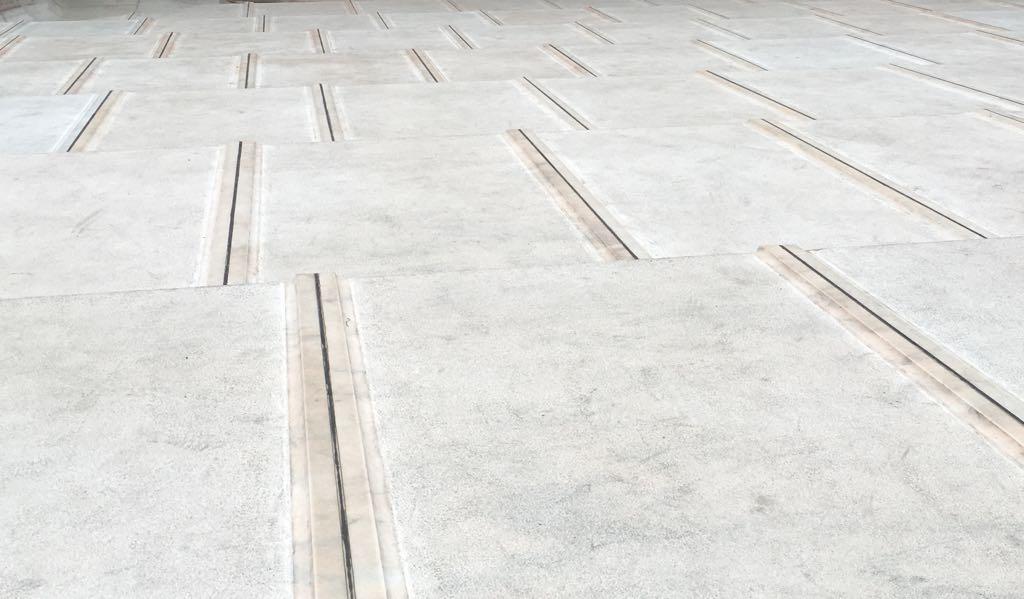 Marmortafeln laden auf der Dachterrasse vom Mailänder Dom zu einem Spaziergang ein.