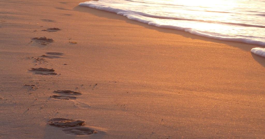 Begenung am Meer: Spuren im Sand