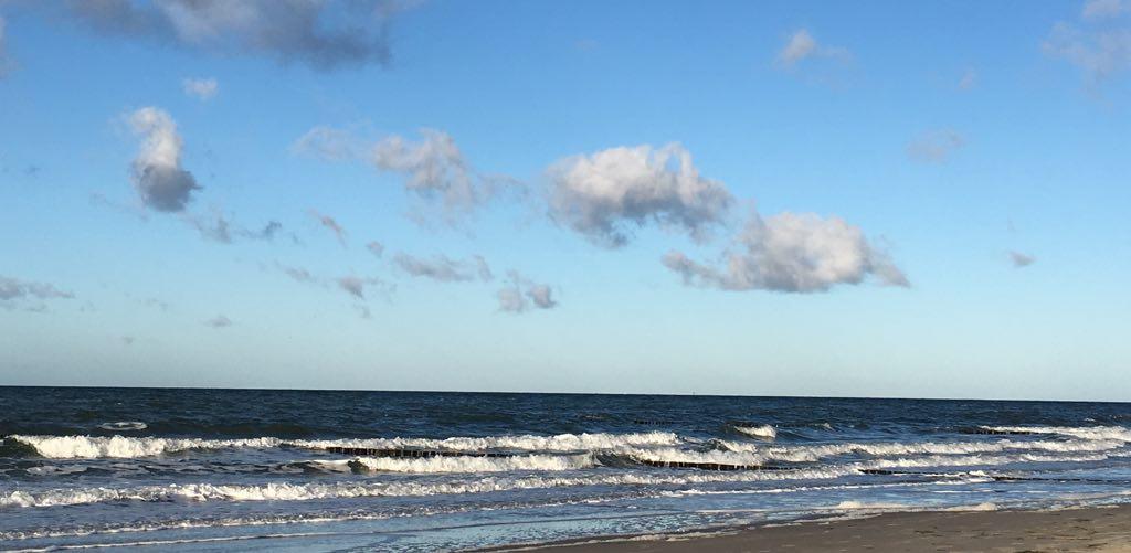 Begegnung am Meer: Wellen rollen an den Strand