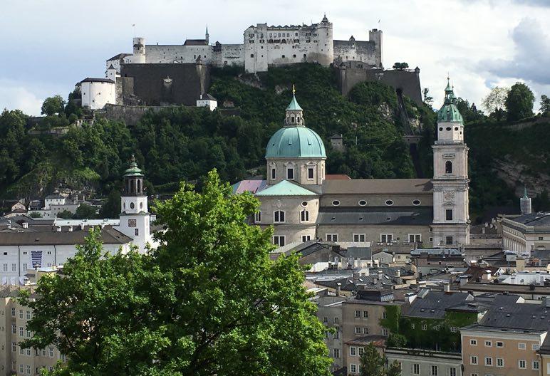 Salzburg an einem Tag - Blick zum Kapuzinerberg